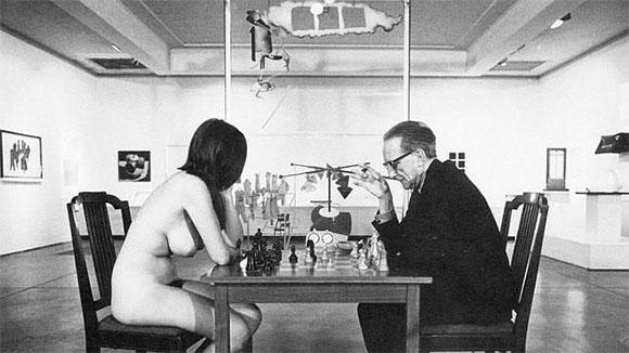 Jugando al ajedrez contra Marcel Duchamp